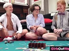Strip Poker mit privaten Lesbengirls